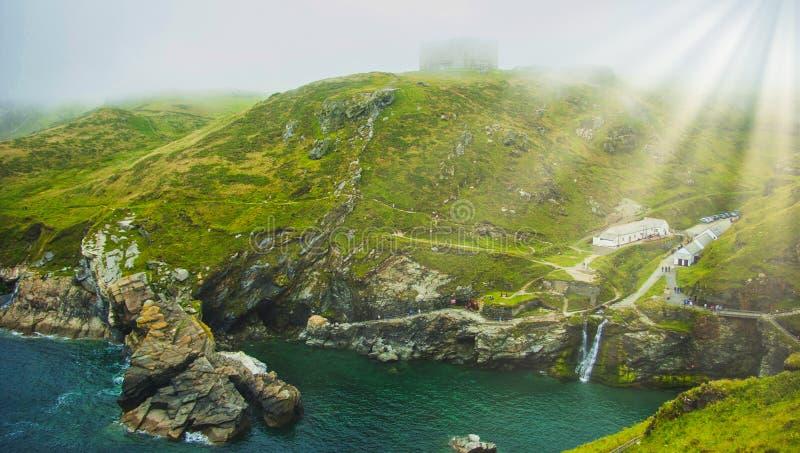 Mist in Cornwall met zichtbare zonstralen - Tintagel/Trevena, Cornwall, het UK royalty-vrije stock foto