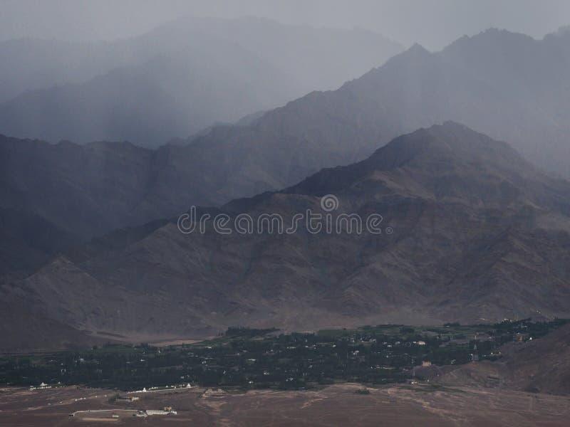 Download Mist In De Bergen: Lossen De Rand Bruine Heuvels In De Nevel Op, Bij De Bodem Is Een Groene Strook Van Bomen, Het Himalayagebergt Stock Afbeelding - Afbeelding bestaande uit koude, fantasie: 107702191