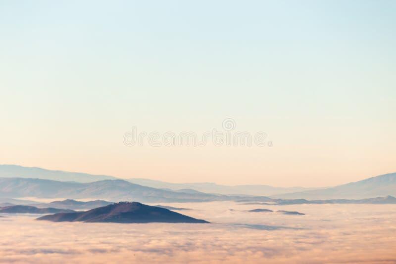 Mist die een vallei in Umbrië, Italië, met bergen en heuvels vult royalty-vrije stock afbeelding