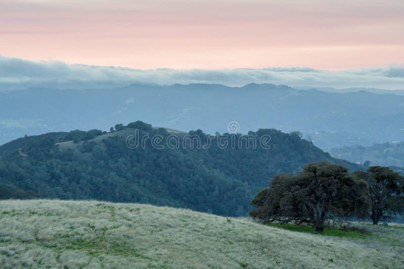 Mist die Las Trampas Regional Wilderness verlengen zoals die van BBQ Terrasweg wordt gezien in MT Diablo stock afbeeldingen