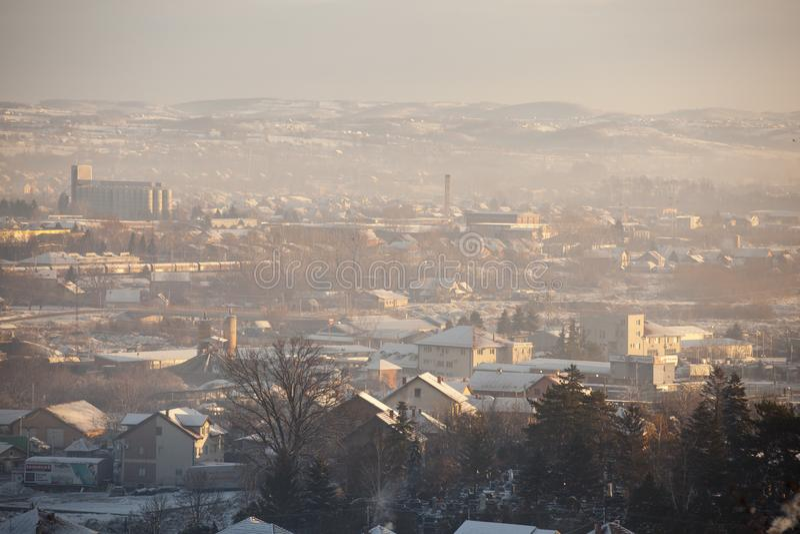 Mist en smog over de stad, de winterscène - Luchtverontreinigingsluchtvervuiling in de winter, Valjevo, Servië stock foto
