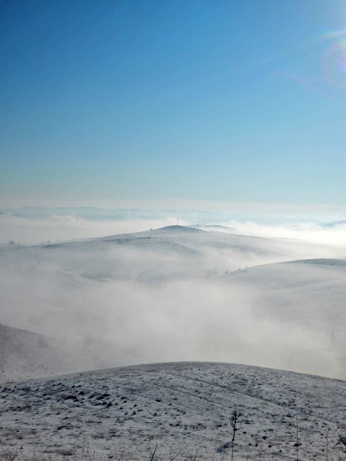 Mist i kullarna arkivbild