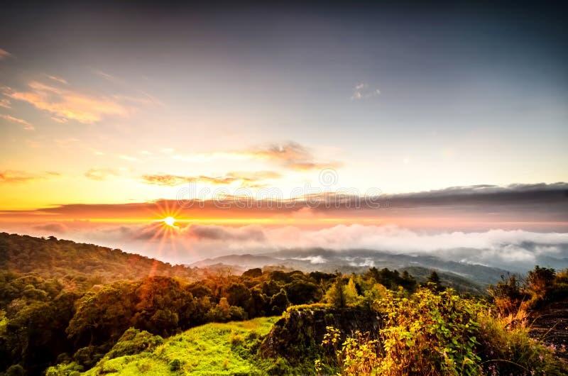 Mist met berg op zonsopgang royalty-vrije stock afbeeldingen