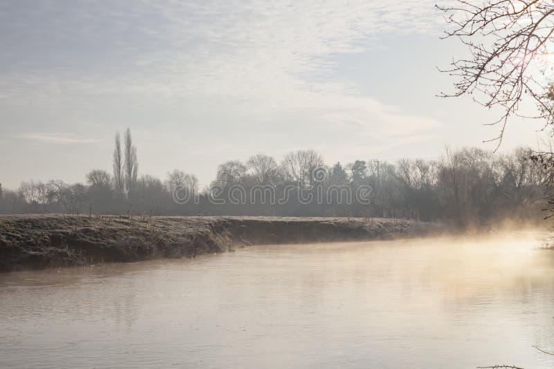 Mist op de Rivier Avon, Warwickshire, Engeland stock fotografie
