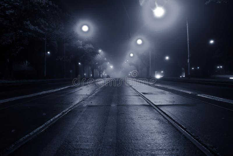 Mist op de straat bij nacht royalty-vrije stock afbeelding