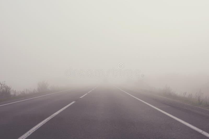 Mist op de weg Zachte nadruk gestemd stock afbeeldingen