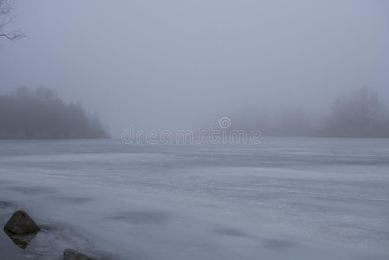 mist op een bevroren rivier stock fotografie
