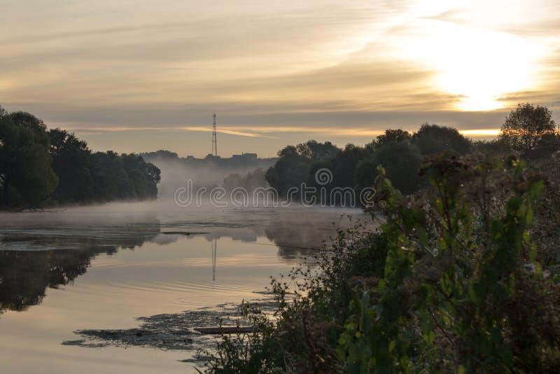 Mist over de rivier in de vroege ochtend royalty-vrije stock afbeelding