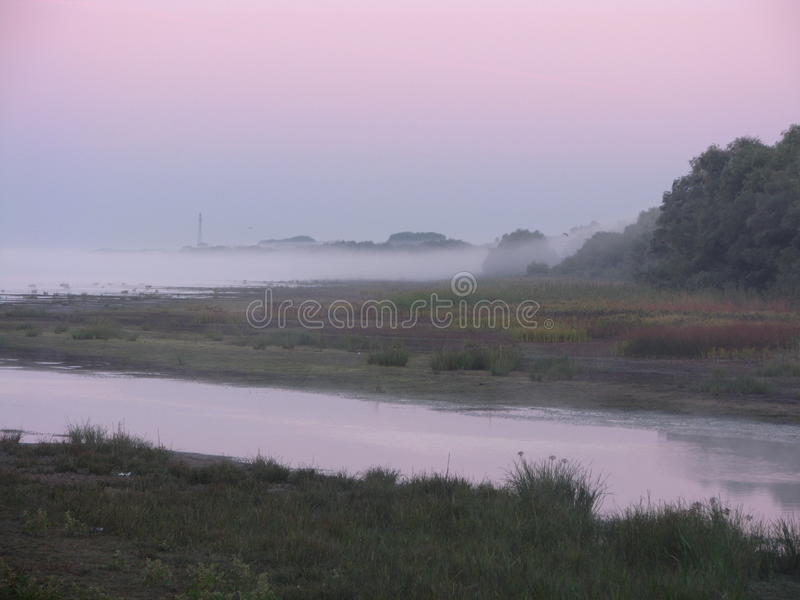 Mist over de rivier Volga stock afbeelding