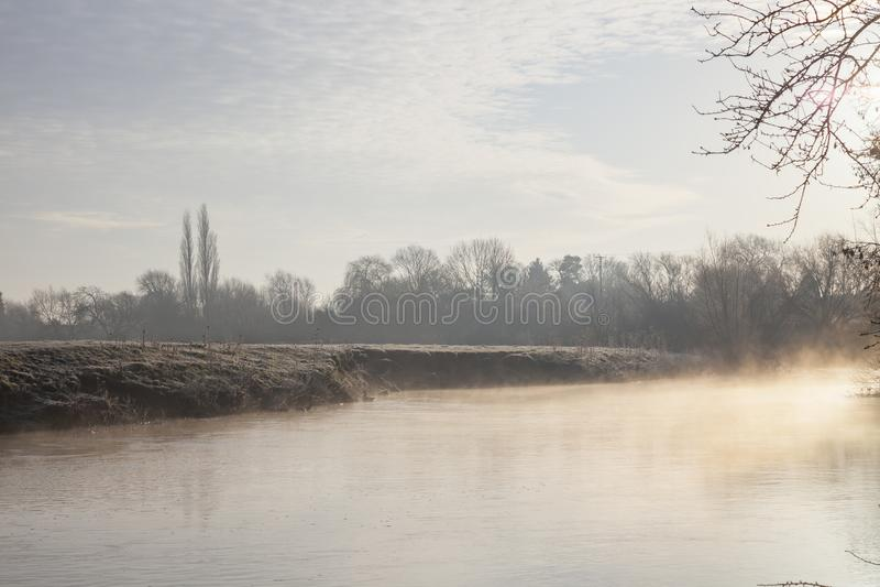 Mist på floden Avon, Warwickshire, England arkivbild