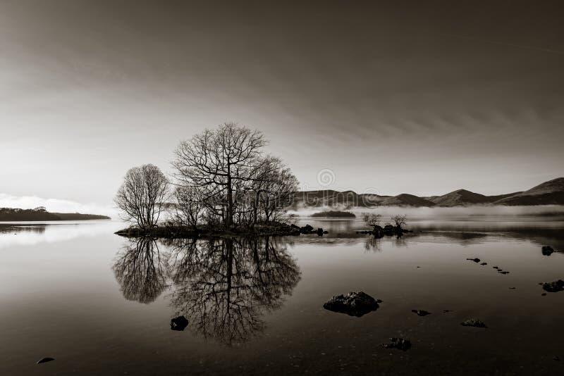 Mist su Loch Lomond in bianco e nero fotografia stock