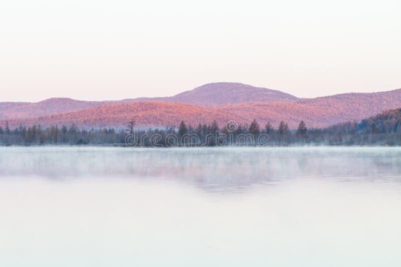 Mist van meer in de vroege ochtend royalty-vrije stock afbeelding
