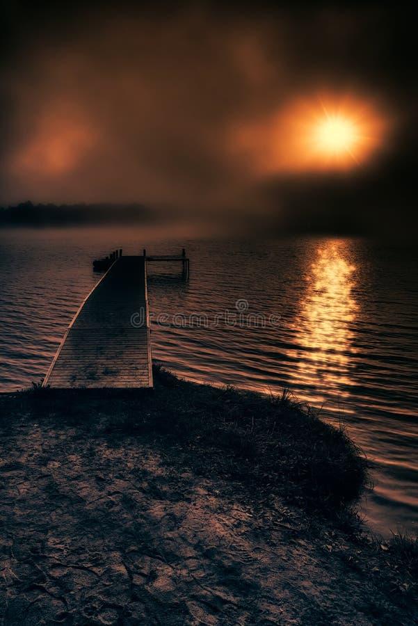 Mist voorbij het Dok bij Zonsopgang royalty-vrije stock afbeelding