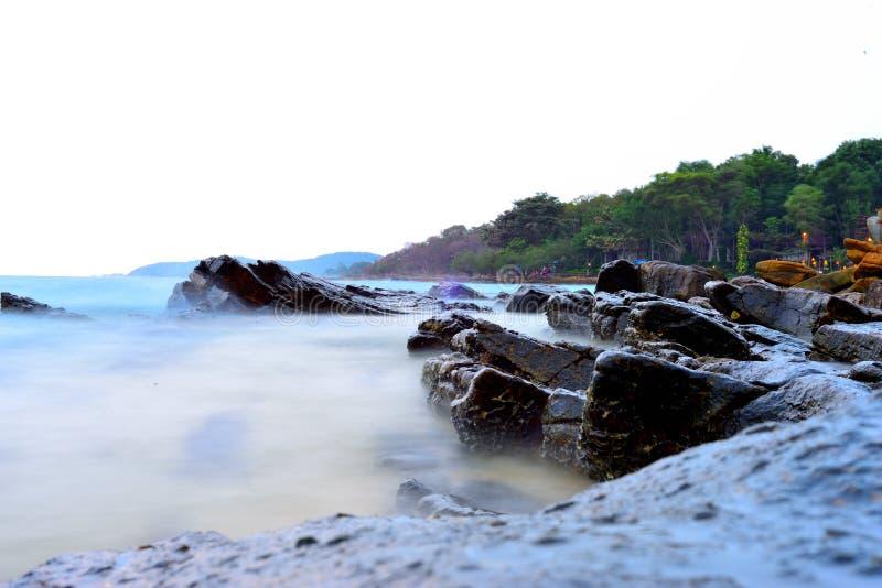 Mist zoals water op strandrotsen royalty-vrije stock fotografie