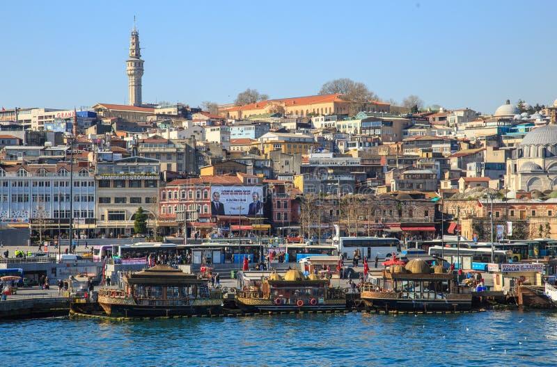 MIstanbul, Turkije - Maart 22, 2019: Moderne Boot op Gouden Hoorn met een mening van de Historische Heuvel in de Oude Stad van Is stock afbeelding