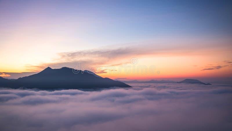Mistberg en zonsopgang stock afbeeldingen