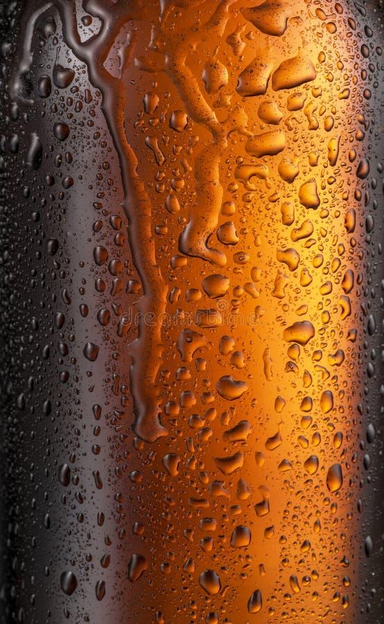 Misted exponeringsglas av ölflaskan Slut som skjutas upp arkivfoton