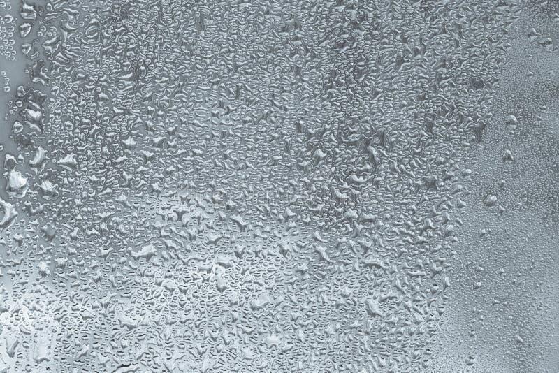 Misted-Fenster, Regentropfen auf dem Fensterabschluß oben, Selenfarbhintergrund stockbild