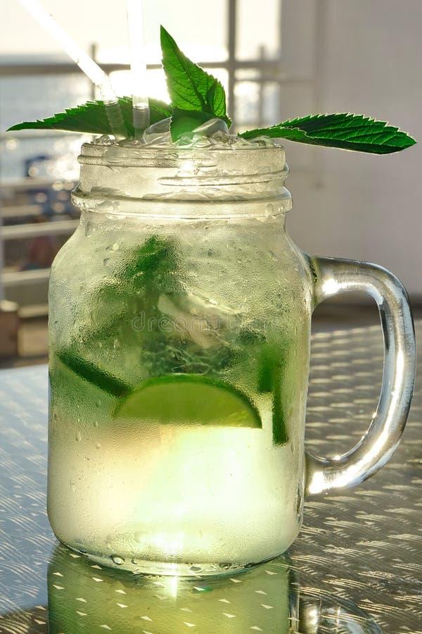 Misted Mason Jar With Mojito Cocktail de vidro, verão popular Drin foto de stock royalty free