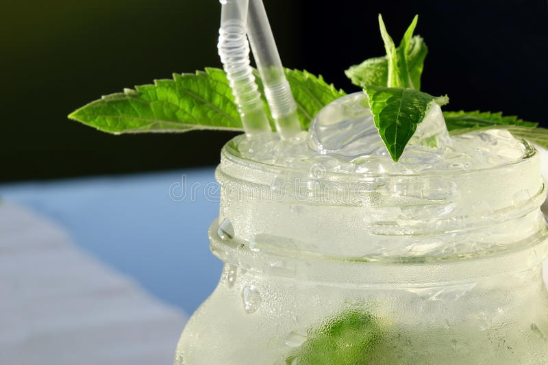 Mistedglas Mason Jar With Mojito Cocktail, de Populaire Zomer Drin royalty-vrije stock afbeelding