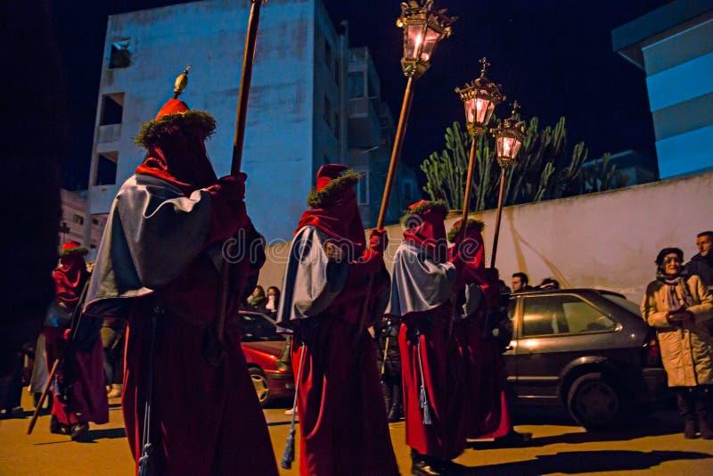 Misteri e penitents nella processione di sera il venerdì santo immagine stock libera da diritti