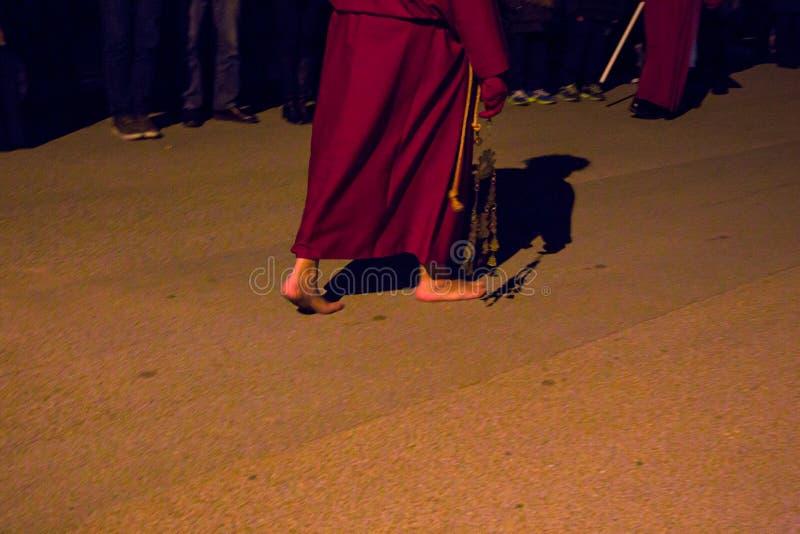 Misteri e penitents nella processione di sera il venerdì santo immagini stock