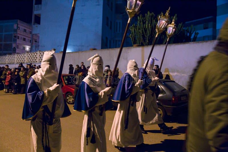 Misteri e penitents nella processione di sera il venerdì santo fotografie stock libere da diritti