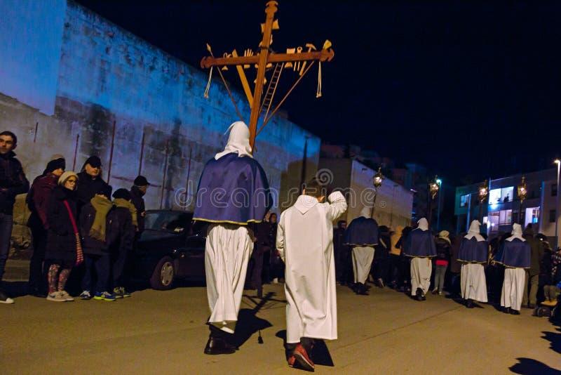 Misteri e penitents nella processione di sera il venerdì santo immagine stock