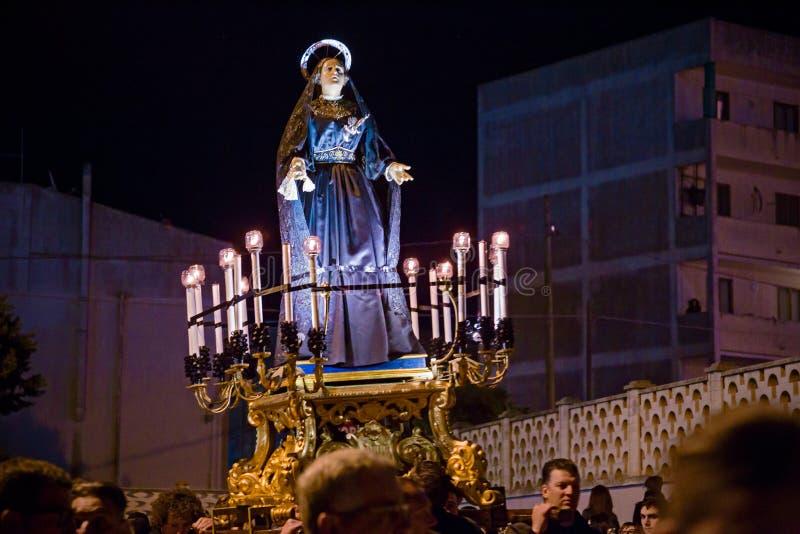 Misteri e penitents nella processione di sera il venerdì santo fotografia stock libera da diritti