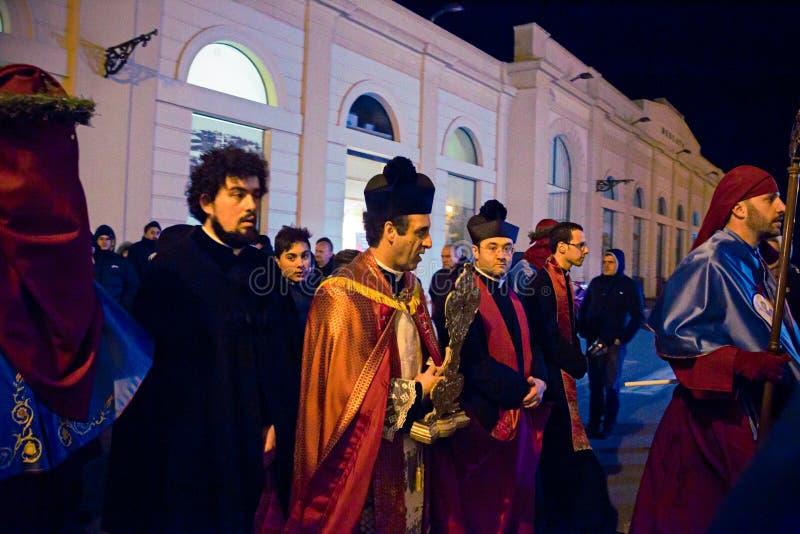 Misteri e penitents nella processione di sera il venerdì santo immagini stock libere da diritti