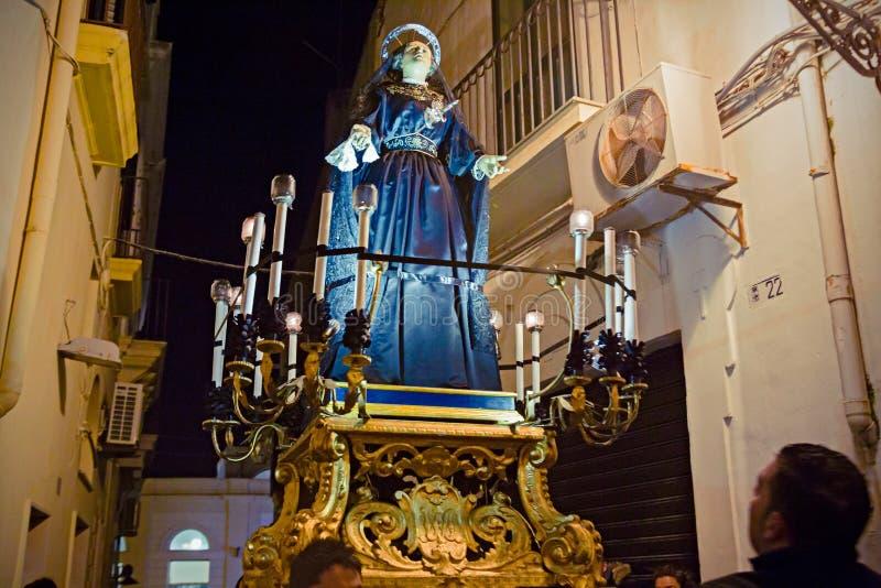 Misteri e penitents nella processione di sera il venerdì santo fotografie stock