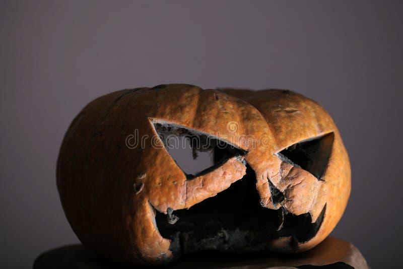 Misterio de Halloween calabaza de Halloween con humor malvado del misterio de la parte de la cara calabaza asustadiza de la linte imagenes de archivo