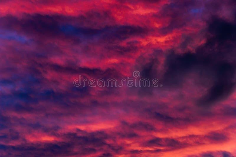 Misterio rojo de agosto en el cielo fotografía de archivo