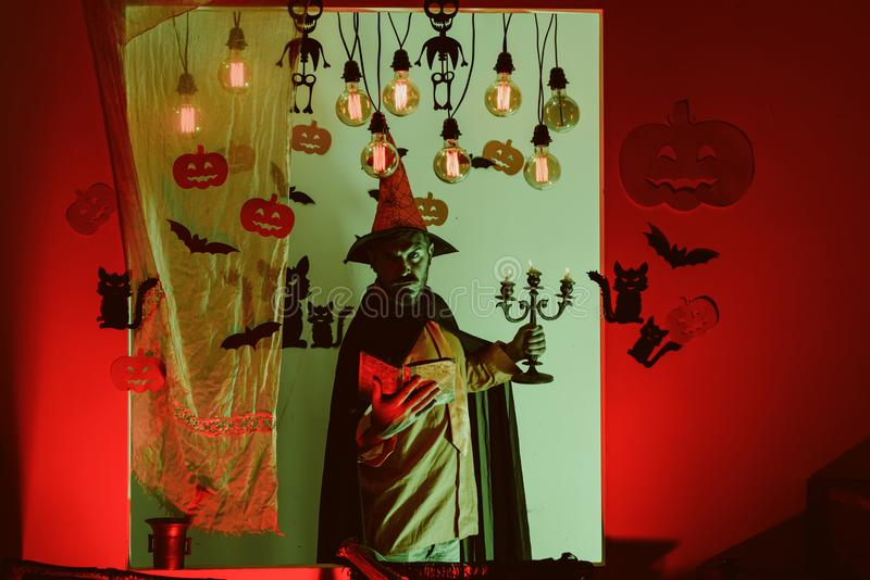 Misterio y concepto del horror Halloween, celebración de los días de fiesta Linterna de Gato o Mago, hechicero, brujo magia imagen de archivo