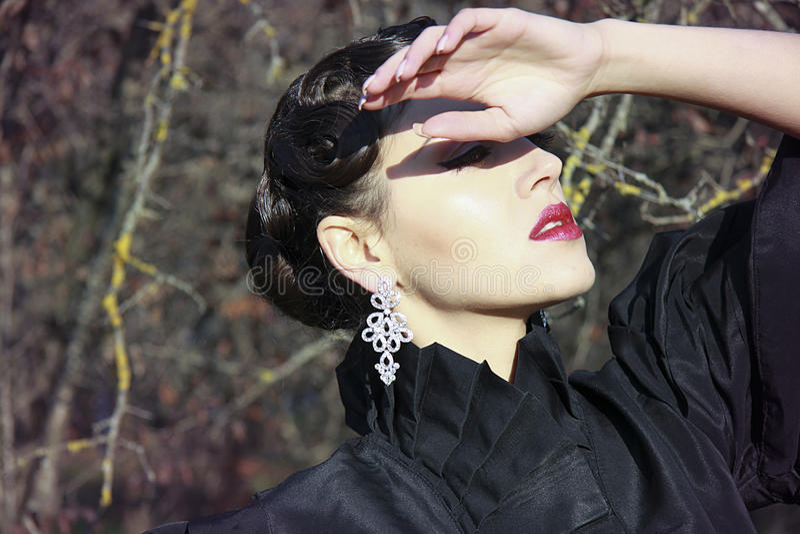 Misteriousevrouw met rode lippen royalty-vrije stock foto