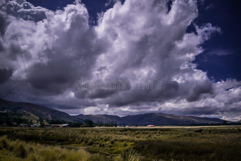 Mistic Andenlandschaft mit clowdy Himmeln lizenzfreie stockbilder