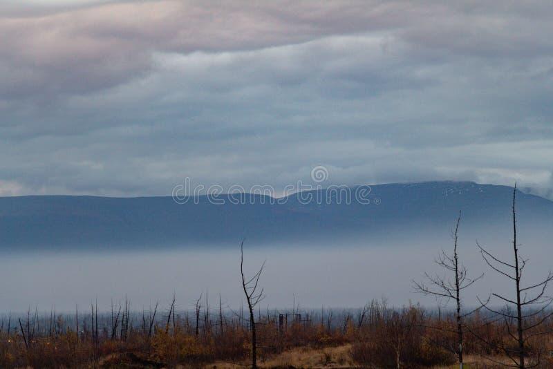 Mistig berglandschap, Norilsk stock afbeelding