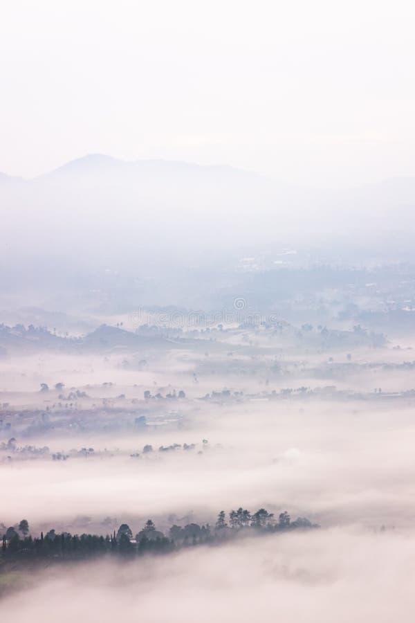Mistig die landschap in Bandung, Indonesië wordt gevestigd stock fotografie
