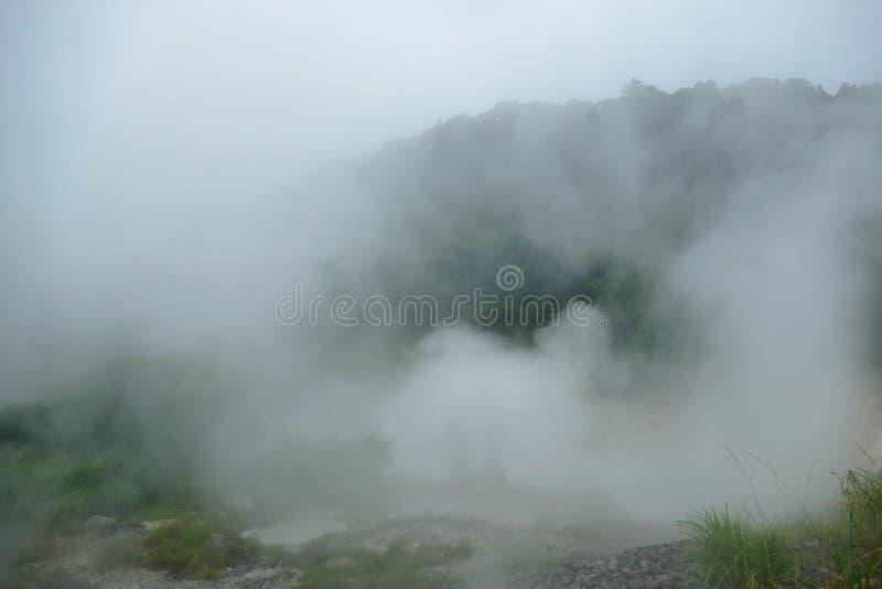Mistig landschap op de stijging tot Ebino-kogenhooglanden, Kyushu, Japan royalty-vrije stock foto's