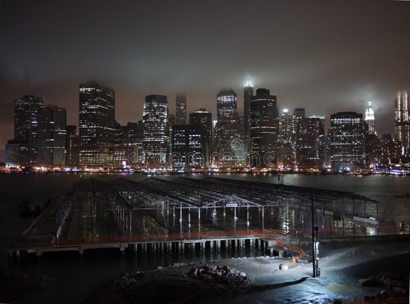 Mistig Manhattan, de stijl van de Stad Gotham stock afbeelding