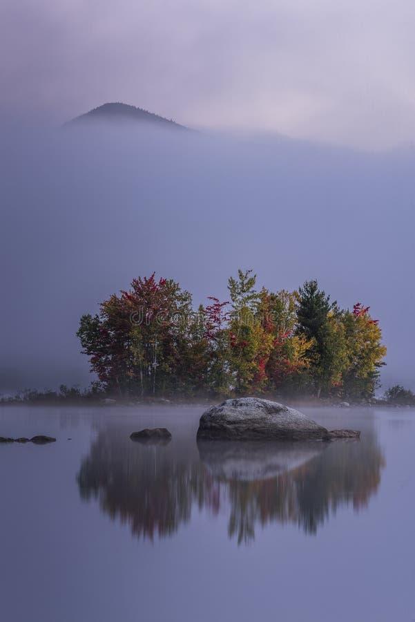 Mistig Meer en Groene Bergen - Eiland met Kleurrijke Bomen - de Herfst/Daling - Vermont stock afbeeldingen