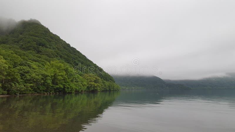 Mistig meer in Noord-Japan royalty-vrije stock fotografie