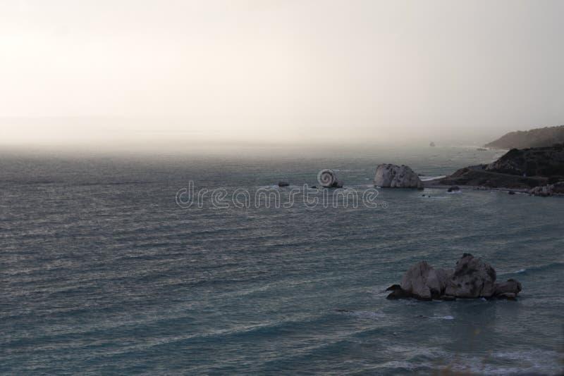 Mistig ten westen van Cyprus stock afbeeldingen
