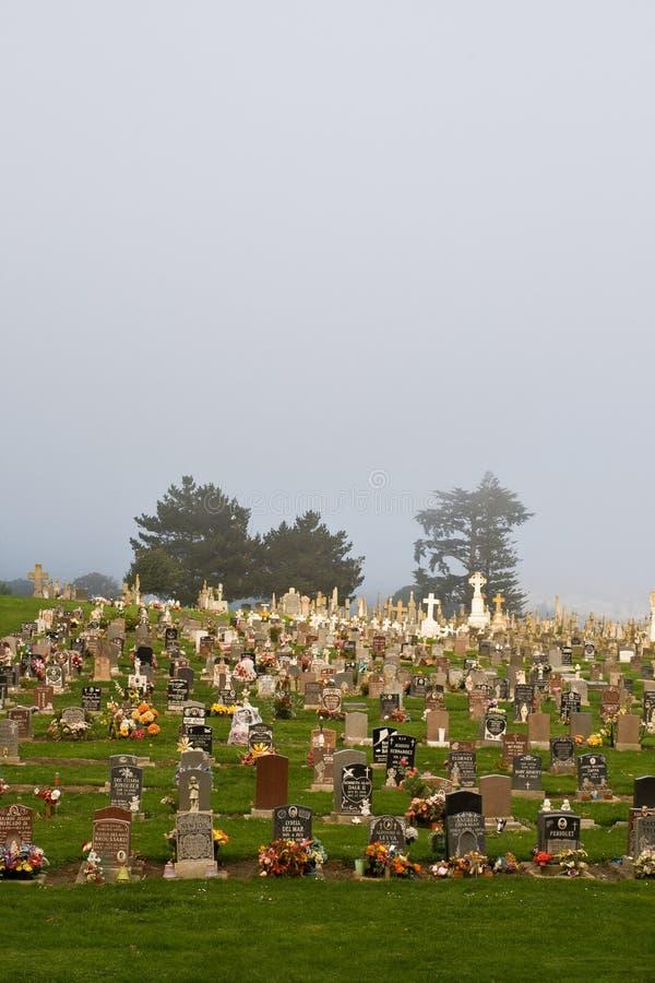 Mistige begraafplaats stock afbeeldingen