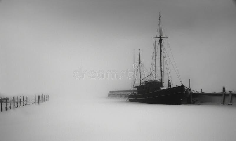 Mistige dag bij de haven royalty-vrije stock fotografie