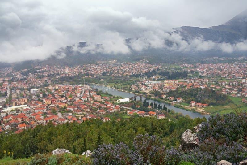 Mistige dag Weergeven van Trebinje-stad en Trebisnjica-rivier van Crkvina-Heuvel In de schaduw gestelde hulpkaart met belangrijke royalty-vrije stock fotografie