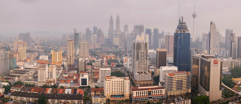 Mistige Kuala Lumpur-cityscape op zonsondergang royalty-vrije stock foto's