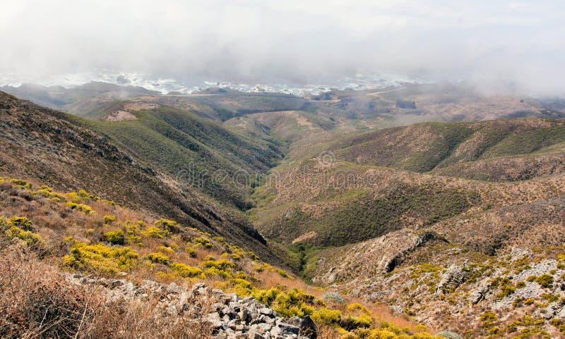 Mistige Kustlijn van de Vreedzame Oceaan van Rocky Ridge Trail stock foto