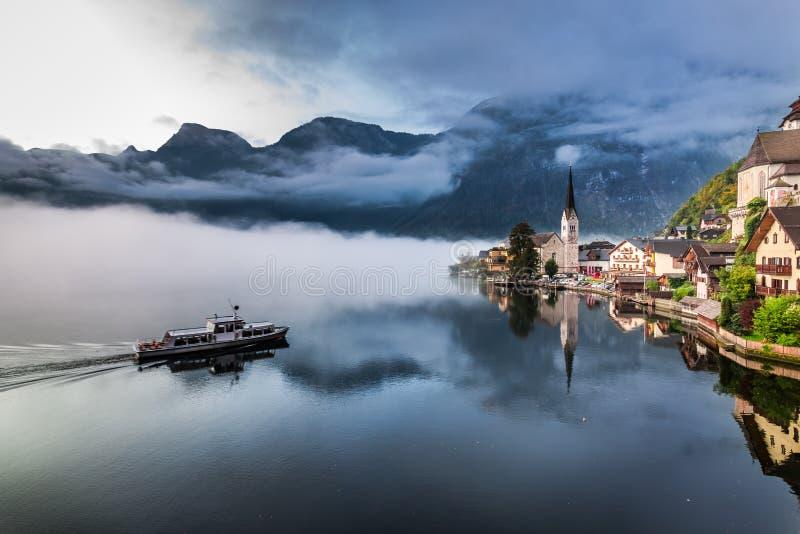 Mistige ochtend bij het meer in de Alpen stock fotografie