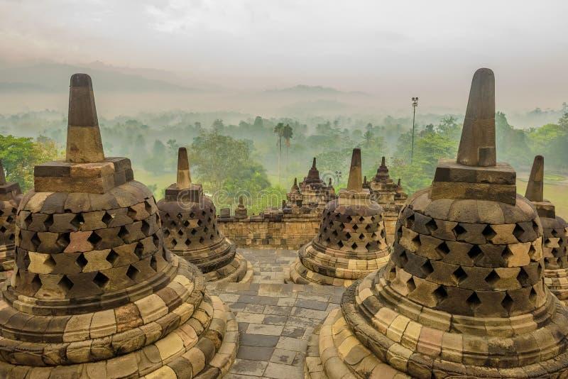 Mistige ochtend in Borobudur, Java, Indonesië stock foto's